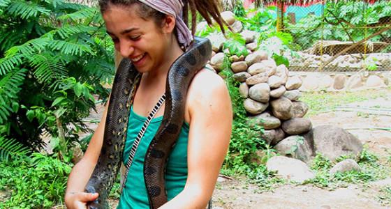 turista-cargando-boa-en-albergue-de-animales-shaveta-yard
