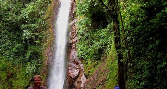 turista-posando-con-la-catarata-tirol-de-fondo
