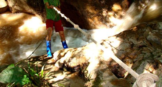 joven-escalando-con-sogas-selva-central