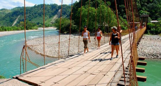 jovenes-cruzando-puente-colgante-kimiri