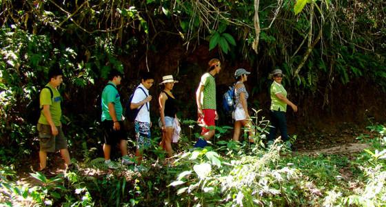 jovenes-haciendo-trekking-hacia-la-catarata-las-tres-reynas