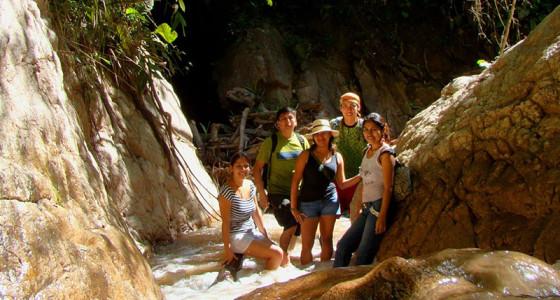 jovenes-subiendo-rio-arriba-selva-central