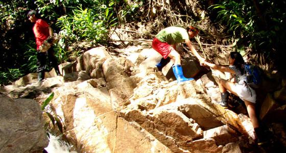 trepando-por-las-rocas-rio-arriba-selva-central